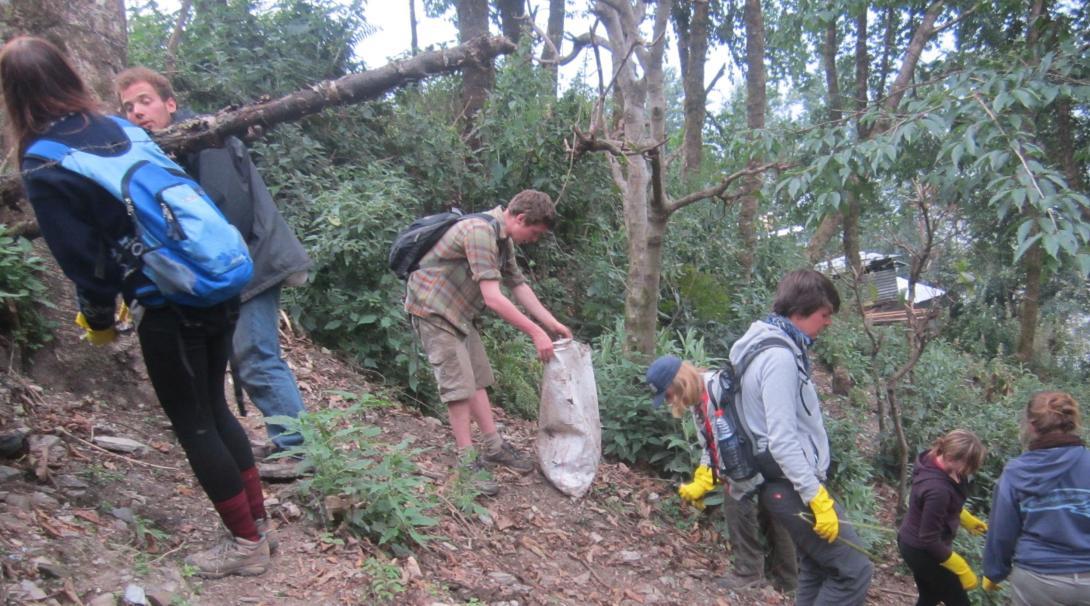 Voluntarios ayudando en actividades de limpieza en su voluntariado de Conservación en Nepal.